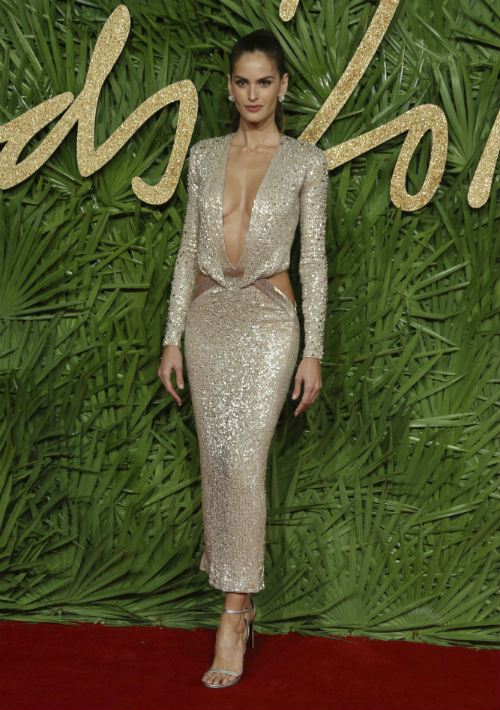 Izabel Goulart optó por el dorado en un vestido que dejaba mucho al descubierto. (Foto: AP)