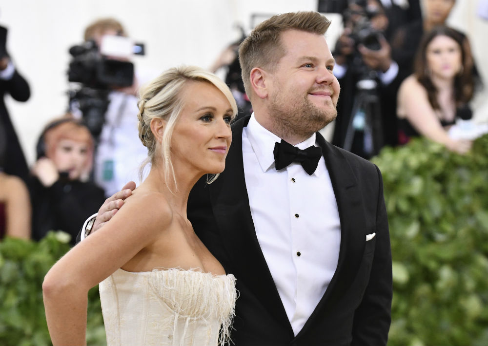Julia Carey y James Corden (AP)