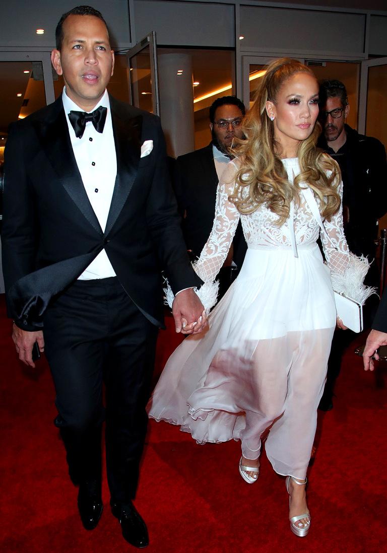 Álex Rodríguez y Jennifer López, entre transparencias, plumas y encaje blanco, un modelo de Zuhair Murad, en la fiesta que organizó Warner Bros. y la revista In Style.