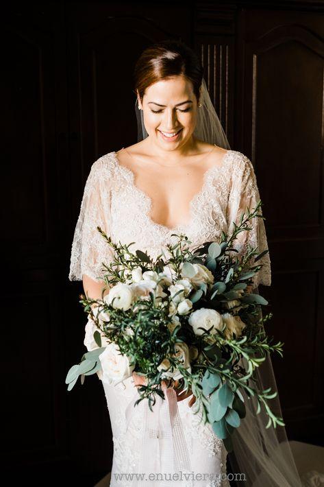 Vestido de la novia de Marchesa Bridal y arreglo personal de Ingrid Rivera.