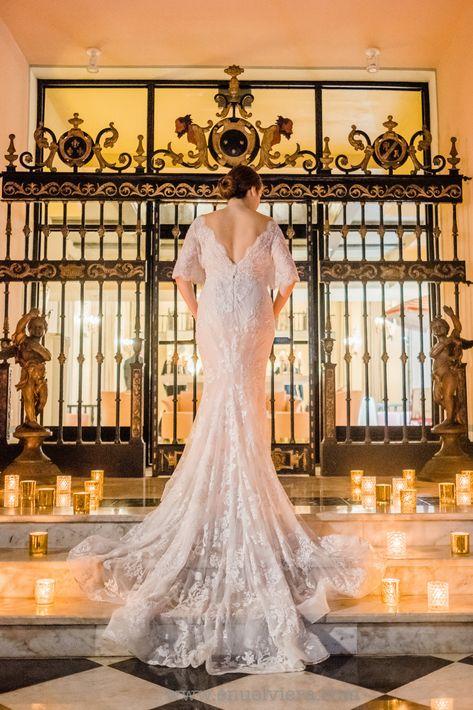 El vestido de la novia fue confeccionado en exquisito encaje francés.