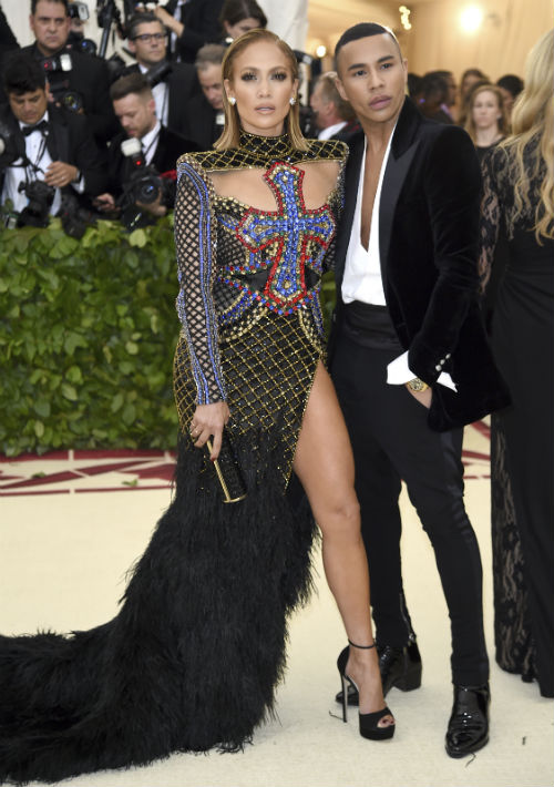 Jennifer López y Olivier Rousteing, director creativo de Givenchy. (AP)
