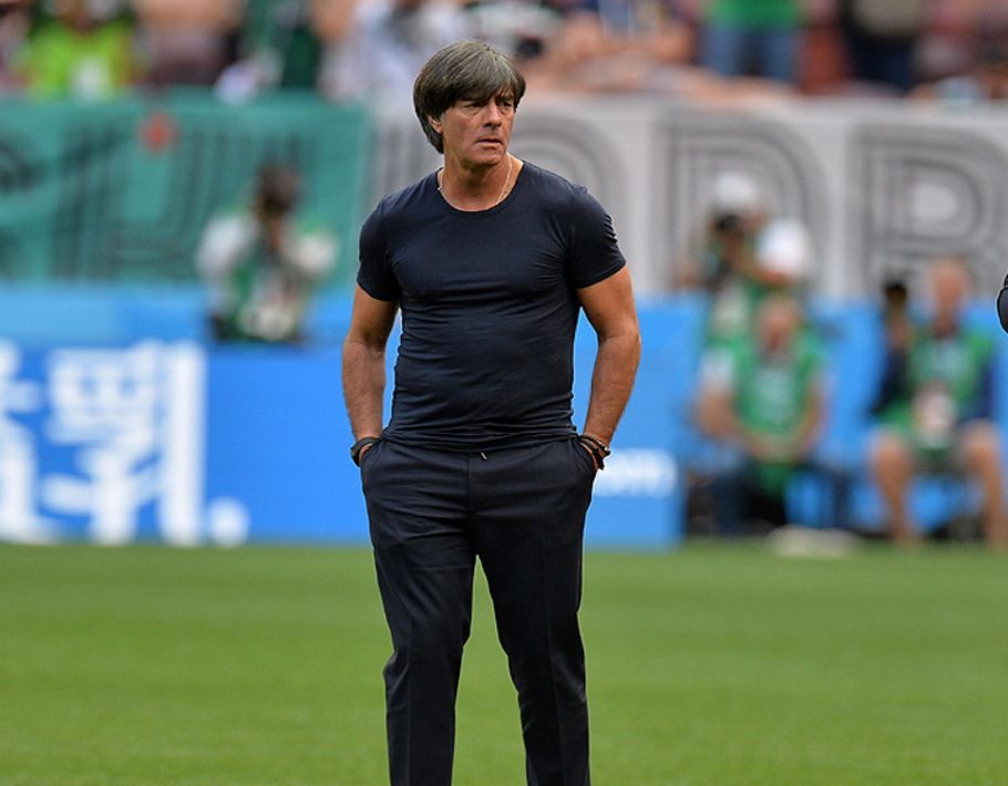 El director técnico de la selección de Alemania, Joachim Low, ha optado por un estilo más casual, vistiendo una t-shirt negra y pantalones del mismo color. (EFE)