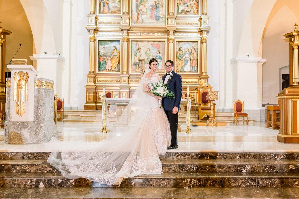 La ceremonia se llevó a cabo en la Catedral  Nuestra Señora de la Candelaria, de Mayagüez. Etiqueta Novio y Caballeros: Leonardos Fifth Avenue.