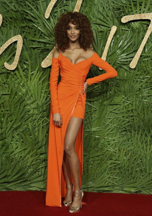Jourdan Dunn lució espectacular con un vestido anaranjado de Versace. (Foto: AP)