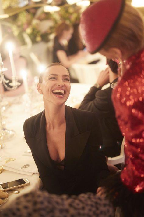 Irina Shayk saluda a uno de los invitados.Fotos Paul Blind, Francois Goizé, Valentin Lecron.