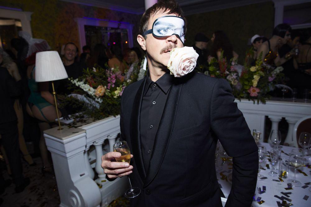 Muchos invitados lucían el antifaz que acompañaba la invitación para la cena. Fotos Paul Blind, Francois Goizé, Valentin Lecron.