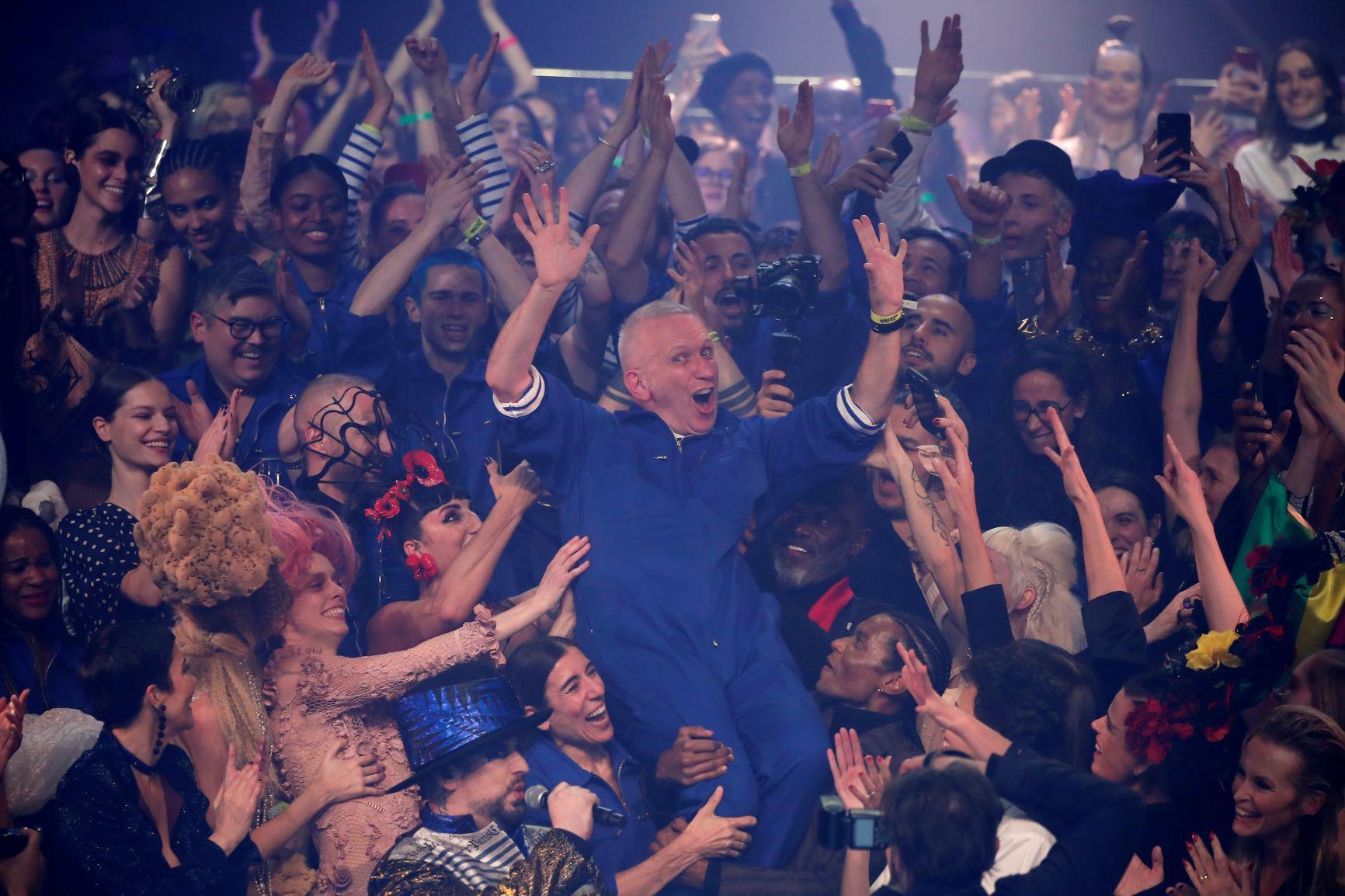 """Al final subió el telón subió y quedó al descubierto el """"backstage"""", con sus trabajadores y las estibas de ropa junto a Gaultier. (AP)"""