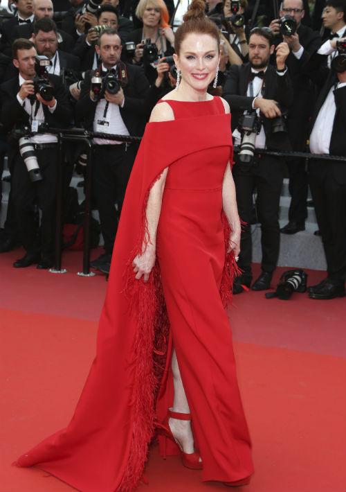 El rojo fue el color seleccionado por Julianne Moore en la primera noche del festival. El vestido es una creación de Givenchy. (AP)