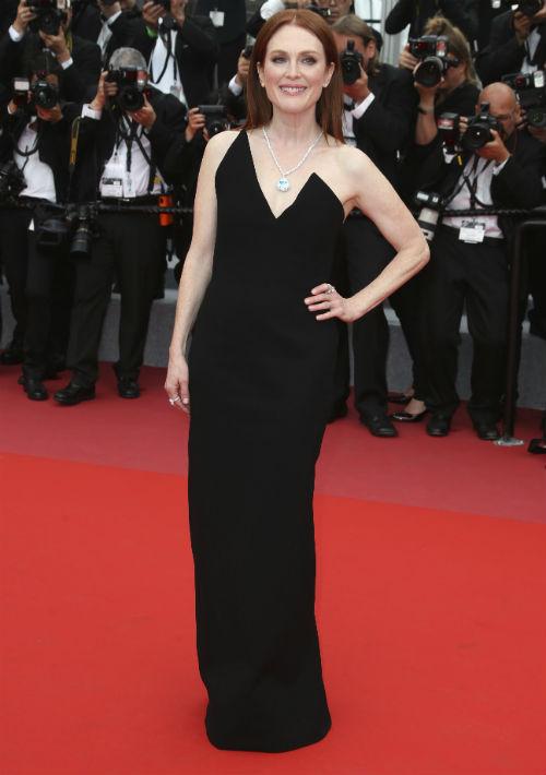 """Julianne Moore modeló un vestido de Saint Laurent en la premier de """"Yomeddine"""". (AP)"""