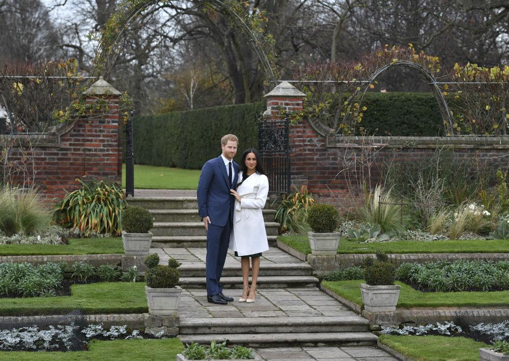 La pareja, que se casará en la primavera de 2018, recibió felicitaciones de parte de los duques de Cambridge, William -hermano de Harry- y su esposa Katherine. (AP)