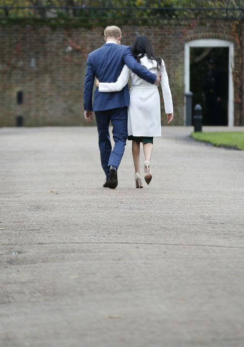 Markle, de 36 años, ya conoce a la reina Isabel II y Harry, de 33, recibió el beneplácito de los padres de la actriz. El príncipe Enrique es el quinto en la línea de sucesión al trono británico. (AP)