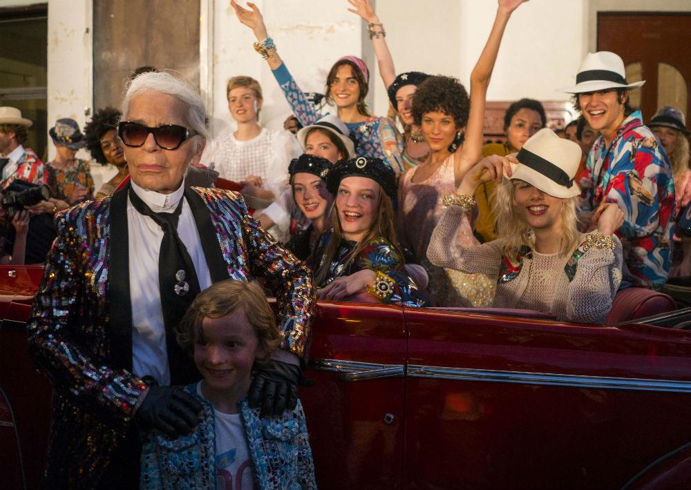 Su estilo peculiar lo ha convertido en toda una celebridad dentro y fuera de la moda. Así es Karl Lagerfeld, de 84 años. (Archivo)