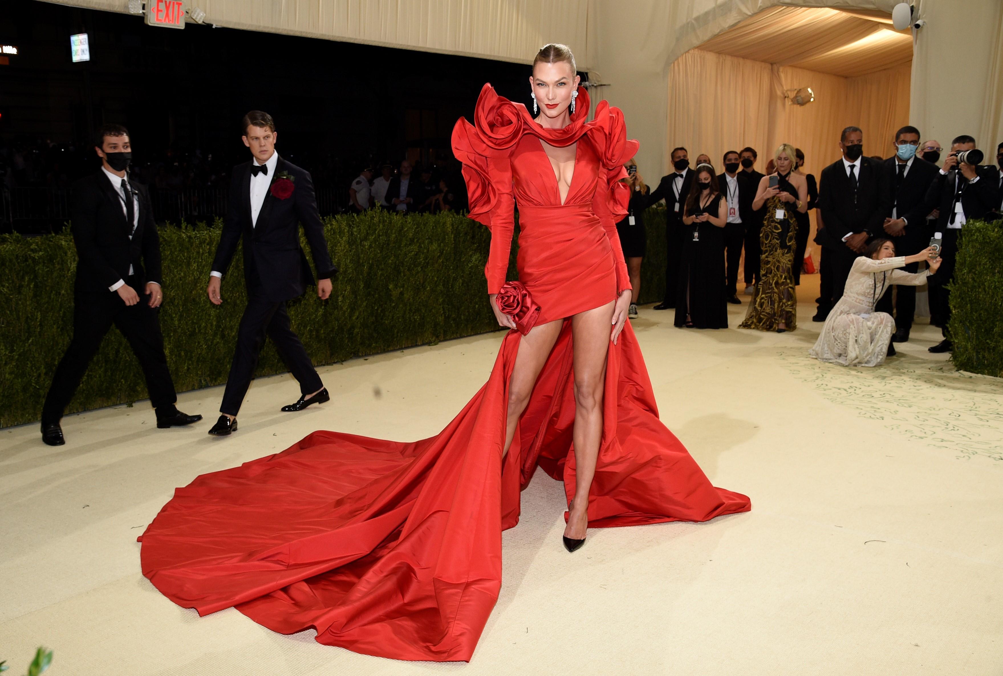Karlie Kloss en un diseño de Carolina Herrera.