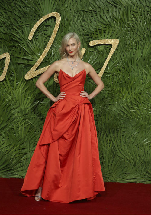 La modelo Karlie Kloss, una de las presentadoras de la gala, lució un diseño de Vivienne Westwood. (Foto: AP)