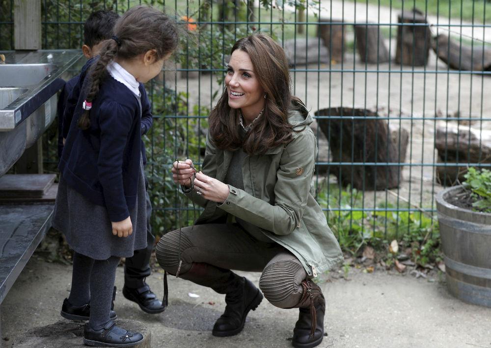 Kate generó reacciones de ternura por la respuesta que ofreció a una niña que le preguntó por qué las retrataban tanto. (Peter Nicholls/Pool Photo via AP)
