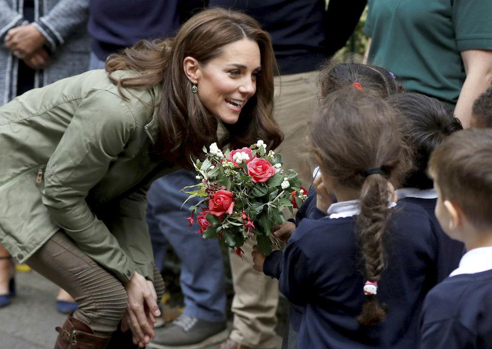 Los pequeños entregaron a la duquesa un ramo con flores. (Peter Nicholls/Pool Photo via AP)
