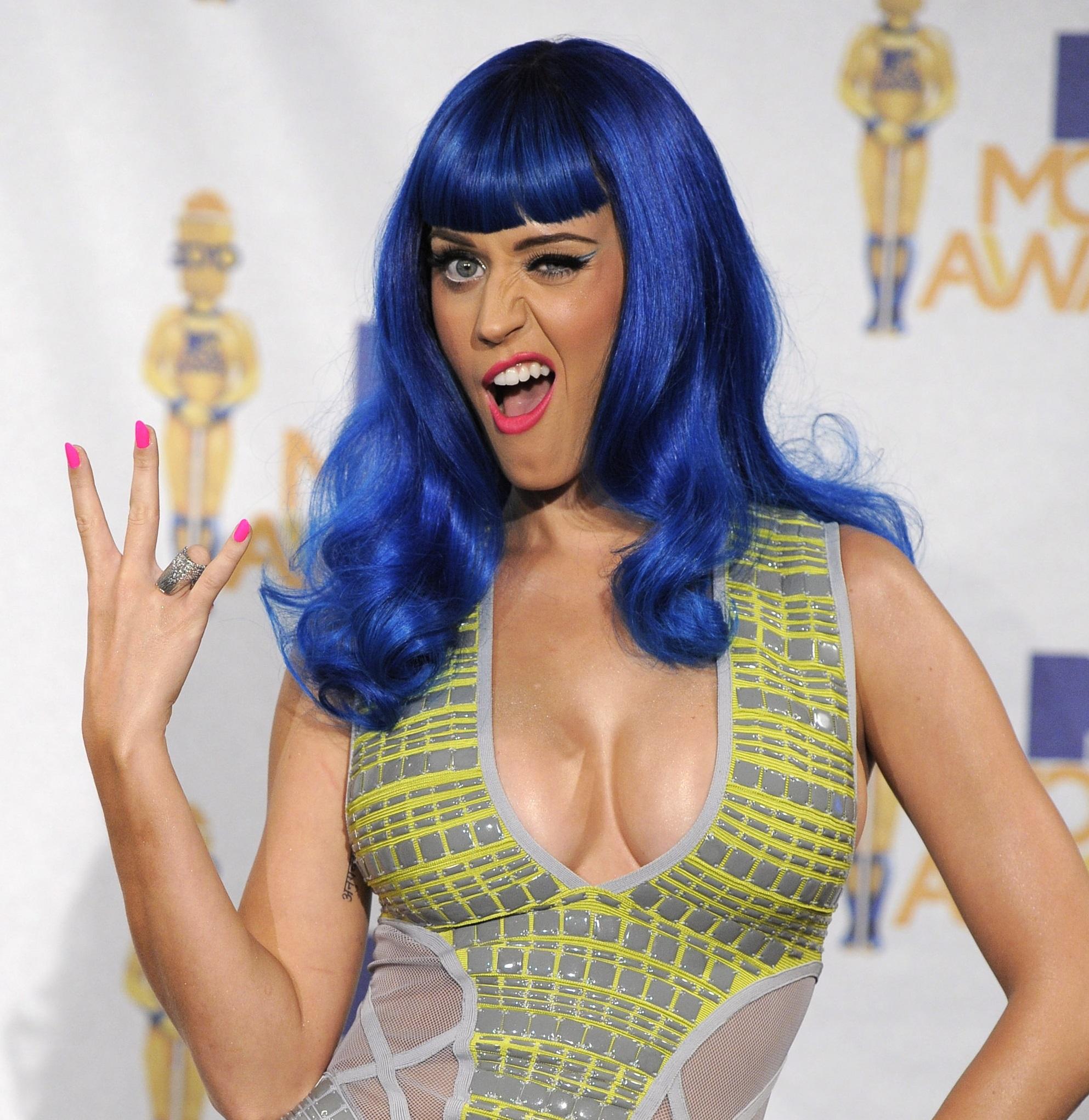 Uno de los más recordados fue el cabello azul brillante que lució durante el 2010 a los MTV Movie Awards. (AP/Chris Pizzello)