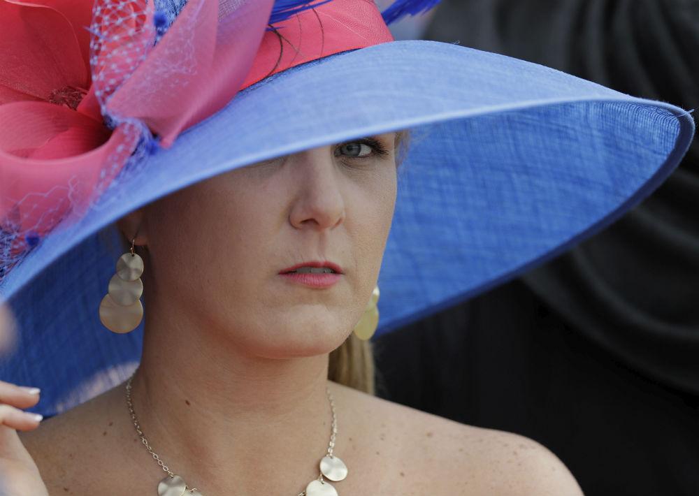 Mujer de todas las edades caen rendidas al encanto de los sombreros. (Foto: AP/Darron Cummings)