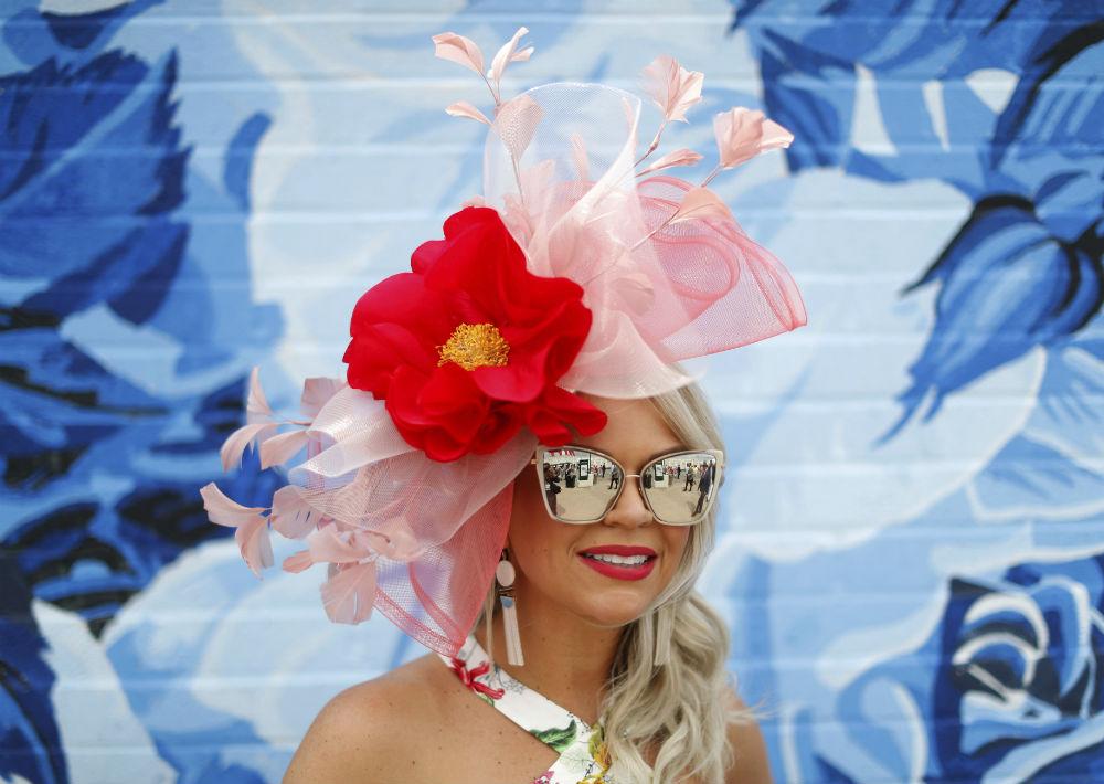 La extravagancia es parte fundamental de los diseños de sombreros que llevan algunas mujeres. (Foto: AP/John Minchillo)