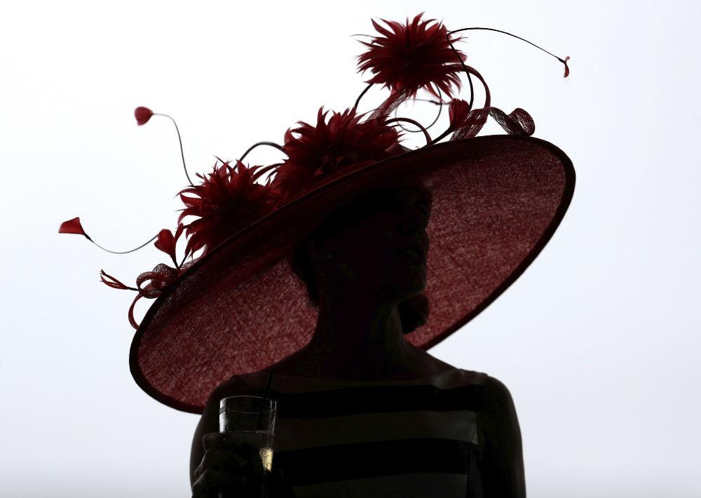 En este tipo de actividad, el sombrero es símbolo de elegancia. (Foto: AP/John Minchillo)
