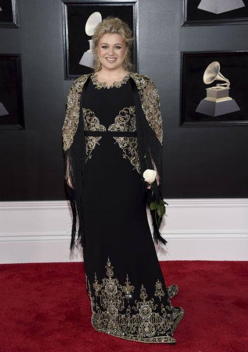 """Una de las peor vestidas de la noche fue la cantante Kelly Clarkson. El vestido de Christian Siriano que seleccionó fue totalmente desacertado, la hizo lucir fuera de moda y mucho mayor de lo que realmente es. Si su intención era hacerse notar, lo logró, pues tenía tantos elementos -bordados, cinturón, flecos, y """"messy hair""""- que había que detenerse a mirarla. (Foto: AP)"""