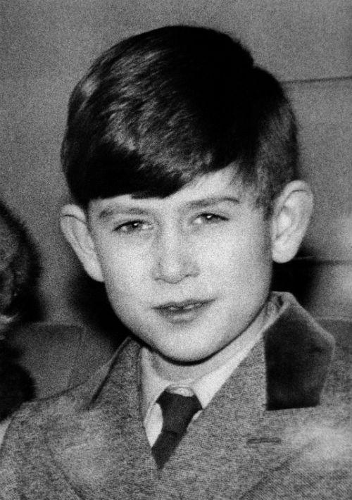 24 de enero de 1957. El príncipe abandona el Kings Cross Station luego de que la familia real pasara sus fiestas navideñas en Sandringham. (AP)