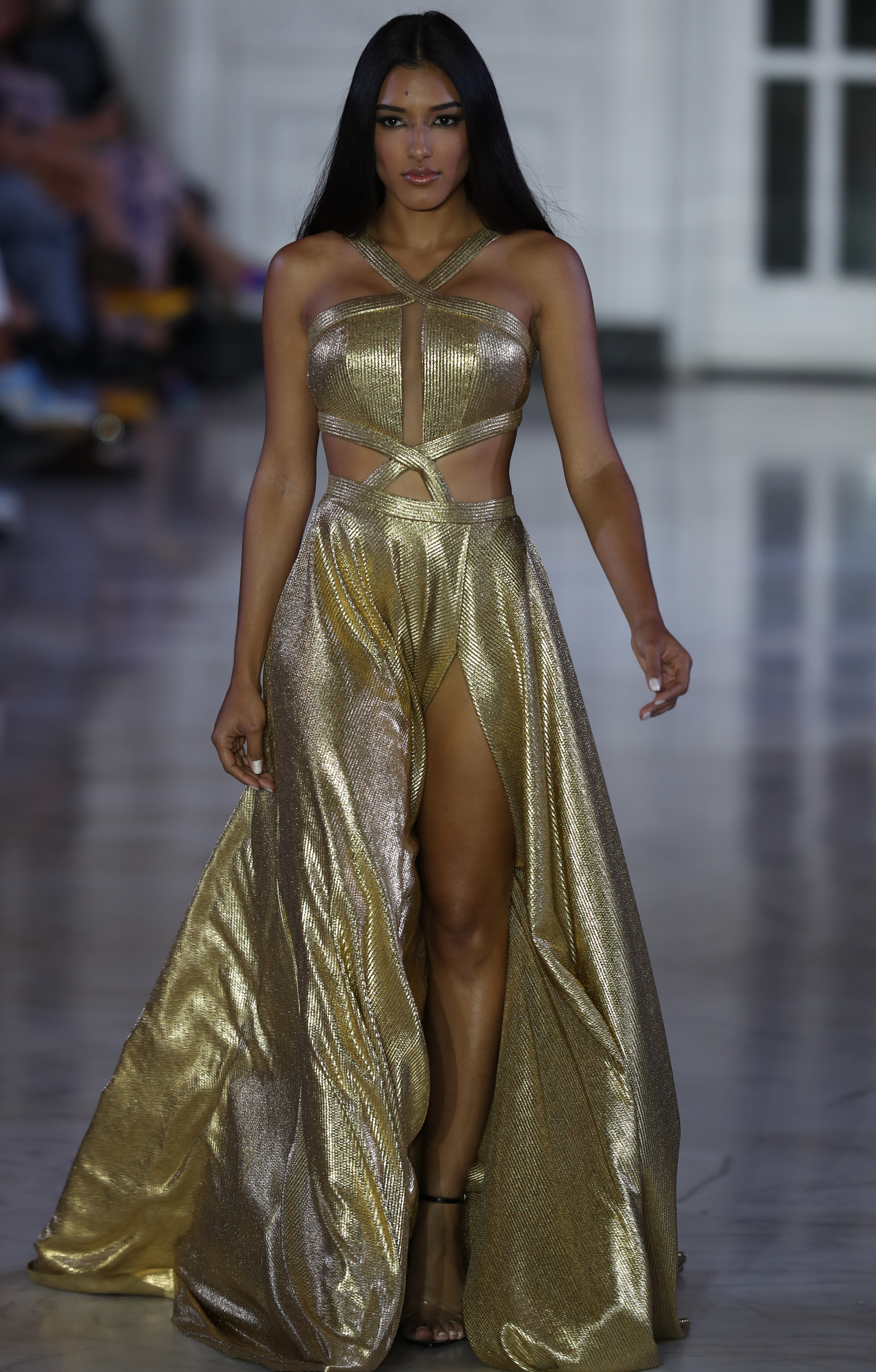 """Los """"crop tops"""" y los detalles de """"cut outs"""" en las telas suaves son muy distintivo de la indumentaria de las mujeres de Oriente Medio. En la foto, vestido dorado, de Nathalie Kriado. (david.villfane@gfrmedia.com)"""