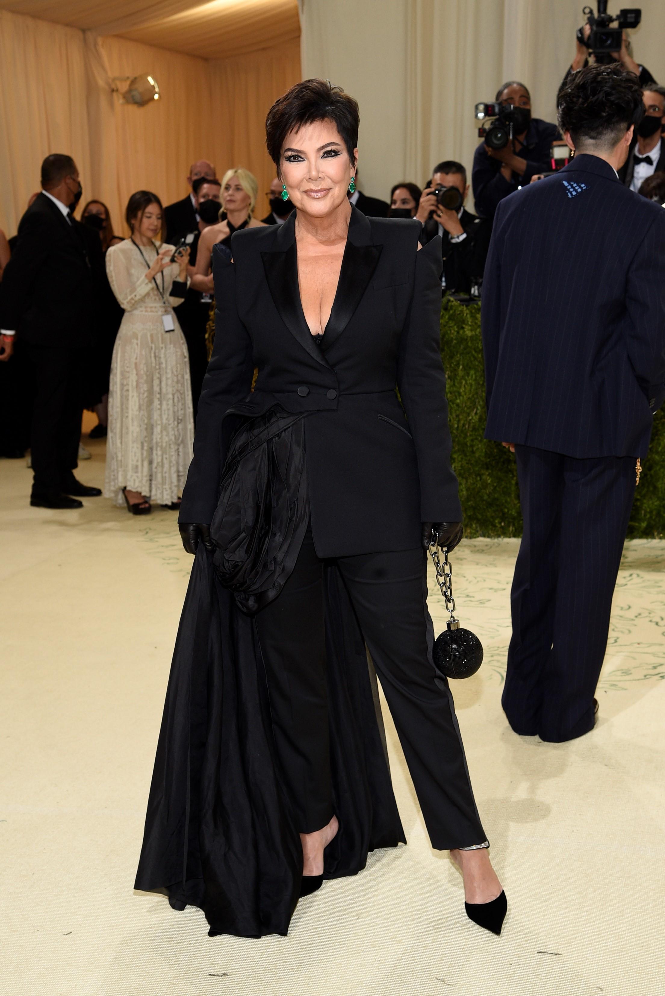 Kris Jenner lució un diseñado creado por Donatella Versace.