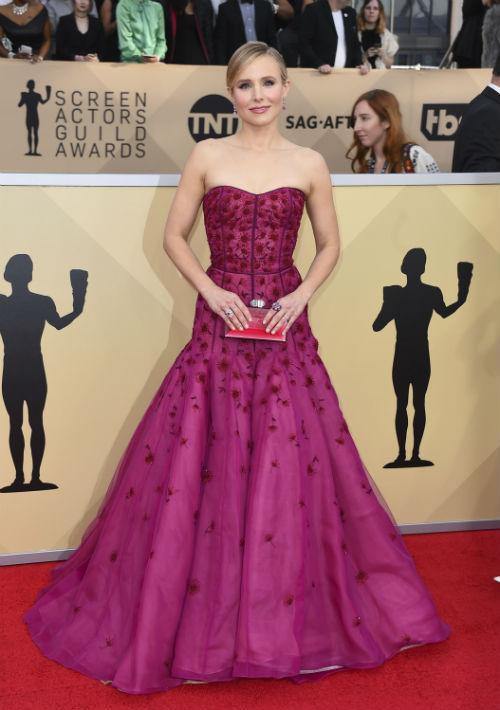 """El rosa intenso fue el color seleccionado por Kristen Bell con este vestido """"strapless"""" bordado en pedrería, de J. Mendel. (Foto: AP/Jordan Strauss)"""