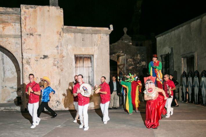 Música- Ceremonia: Pancho Irizarry. Coctel: Sin Prisa y Big J Music Service Sorpresa: Yuvi Plena.