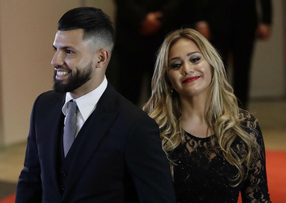 El jugador del Manchester City Sergio Aguero y su novia Karina Tejeda sonríen a su llegada a la boda. (AP Photo/Victor R. Caivano)