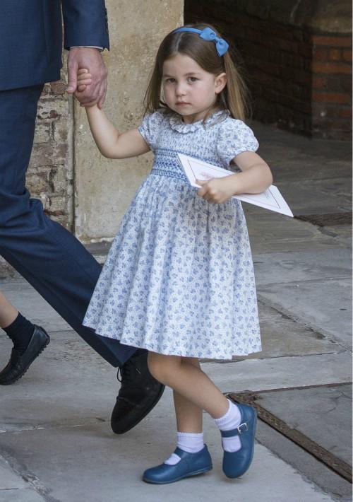 La princesa Charlotte apareció con un vestido estampado de color azul en el bautizo de su hermano. (Foto: AP)