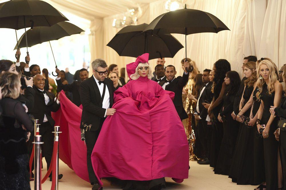 La cantante Lady Gaga capturó las miradas con su llegada a la gala en donde lució tres cambios. (AP)