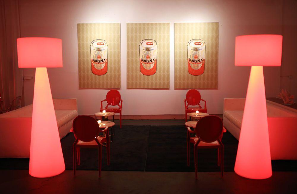 Vista de la ambientación en rojo y dorado del nuevo formato de lata para la cerveza Premium Magna Special Craft. Foto José R. Pérez Centeno.