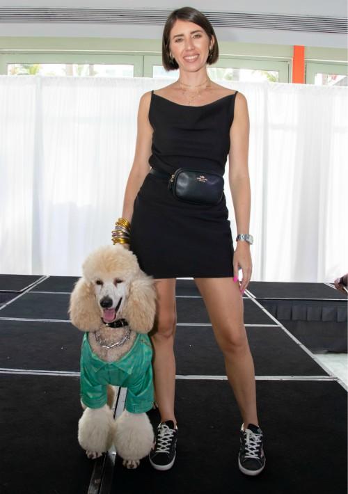 El evento contó con cuatro pasarelas: originalidad, similitud entre perro y guardián. En la foto, Frances Vina y Charlie.  (Suministrada)