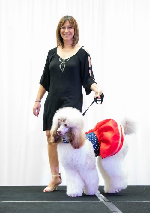Como incentivo adicional, la chef ejecutiva Erika Gómez ha elaborado un menú especial para perros. En la foto, Vimary Monge e Isis. (Suministrada)