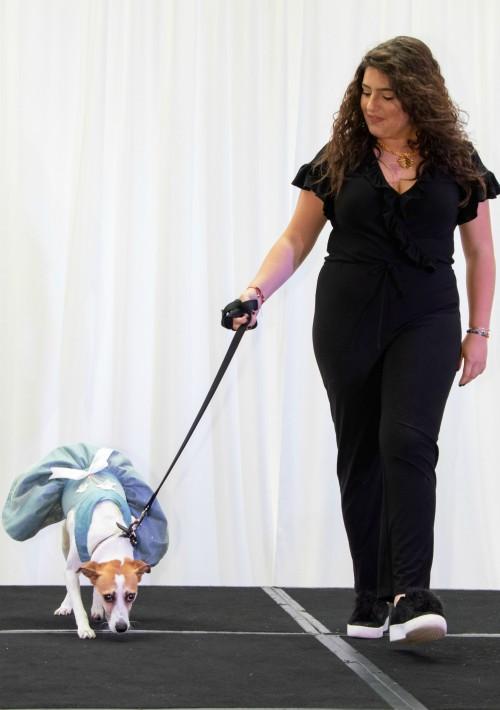 Lola Montilla y Maia en el desfile que fue seguido por una recepción para perros y guardianes. (Suministrada)