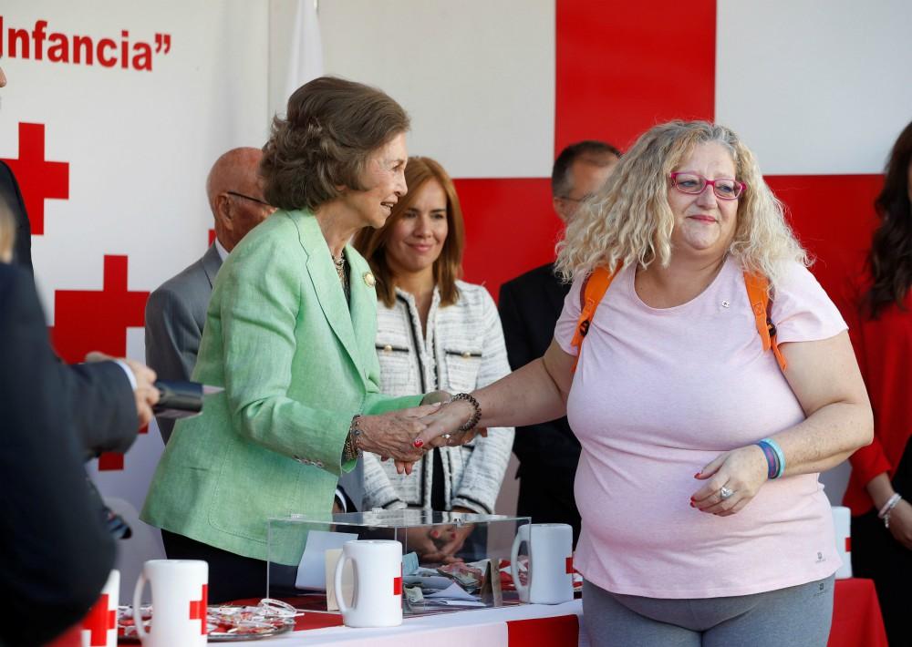La reina Sofía estrecha la mano de la madre de Sandra Palo, con motivo del Día de la Banderita de la Cruz Roja. (Foto: EFE)