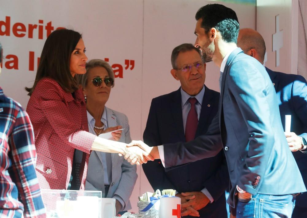La reina Letizia estrecha la mano del exfutbolista del Real Madrid, Álvaro Arbeloa, durante la cuestación del Día de la Banderita de la Cruz Roja. (Foto: EFE)