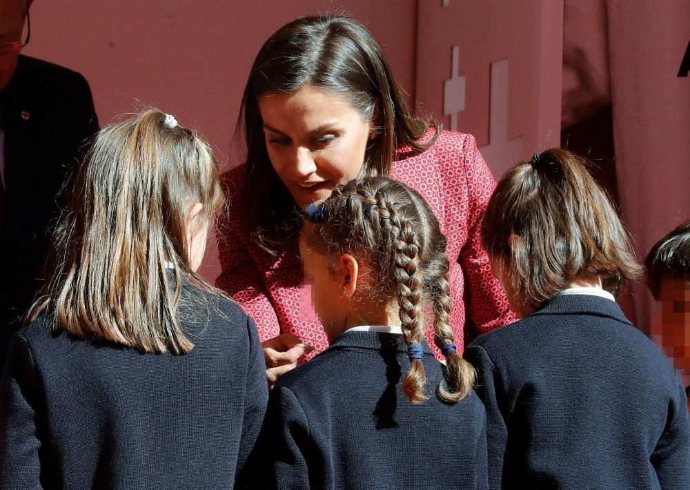 La reina conversa con un grupo de niños. (Foto: EFE)
