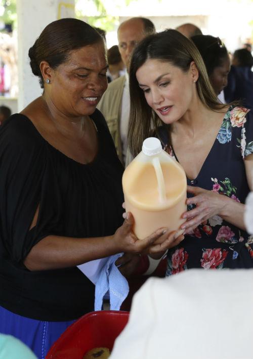 De anfitriona ejerció Diana Céspedes, una de las cooperativistas que conoció a la reina hace un año en Madrid en un acto organizado por la Fundación Microfinanzas BBVA (FMBBVA). (EFE)