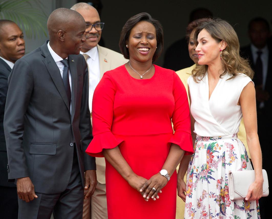 El presidente de Haití, Jovenel Moise; la primera dama, Martín Moise; y la reina Letizia durante el encuentro que tuvieron en el palacio presidencial. (EFE)