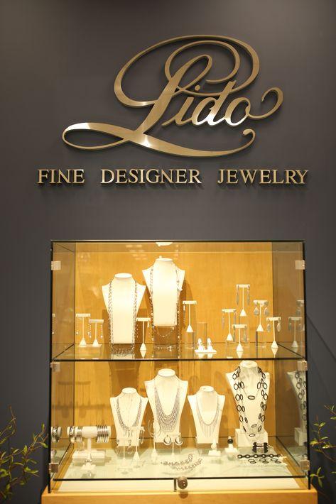 Vista de una de las vitrinas en el nuevo espacio de Lido Jewelers, en The Mall of San Juan.