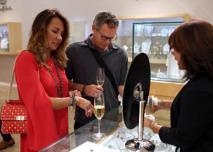 Claudia Villate y Mario García, en la apertura de Lido Jewelers en The Mall of San Juan.