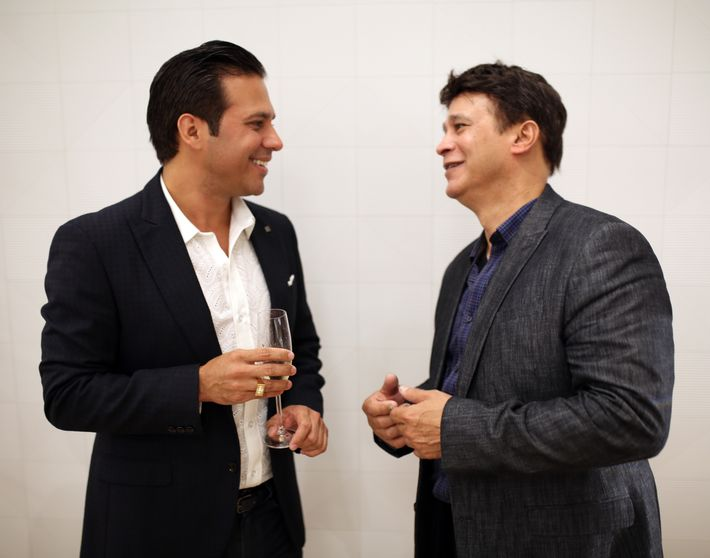 Erick Cruz y Arnaldo Roche, en la apertura de Lido Jewelers en The Mall of San Juan.