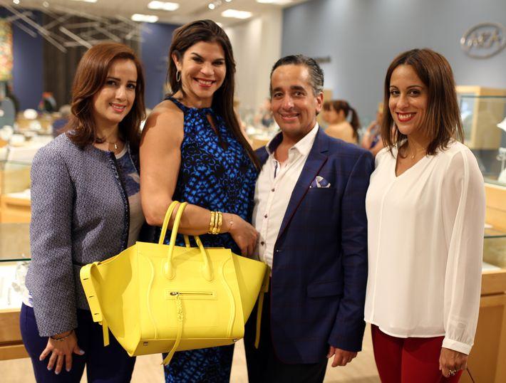 Agnes Rivera, Aliana Halais, Juan Ernesto Ayala y Fabiola Ansotegui, en la apertura de Lido Jewelers en The Mall of San Juan.