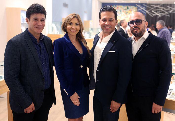 Arnaldo Roche, Anna Di Marco, Erick Cruz y Walter Otero, en la apertura de Lido Jewelers en The Mall of San Juan.