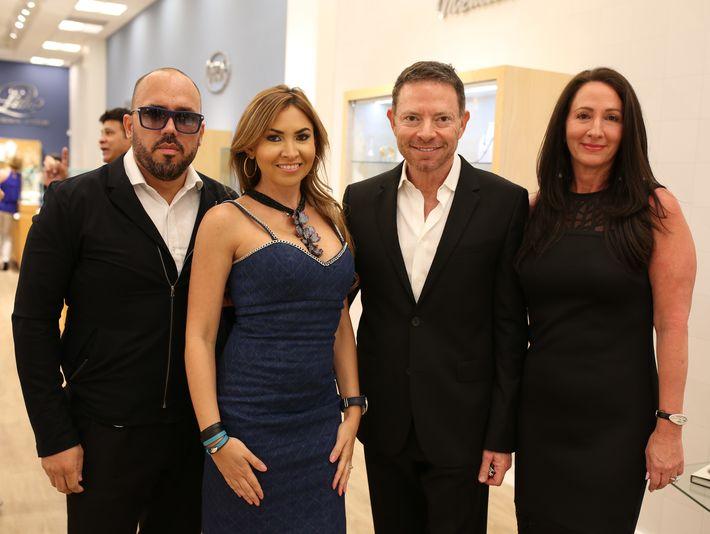 Walter Otero, Anna Di Marco, Isaac e Iris Demel, en la apertura de Lido Jewelers en The Mall of San Juan.