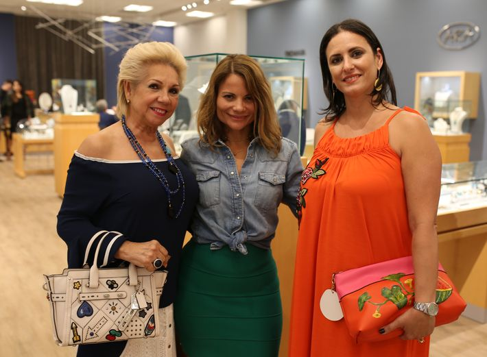 Aida Gnocchi, Zaymara Rivera y Rebecca De Pedro, en la apertura de Lido Jewelers en The Mall of San Juan.